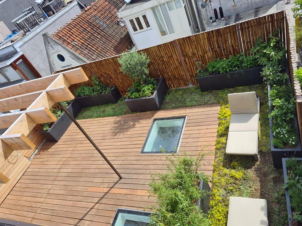 Voorbeeld van een aangelegde daktuin met vlonders, houtwerk, plantenbakken, beplanting, sedum en bamboeschutting.